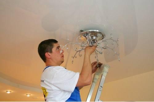 монтаж светильника на потолка