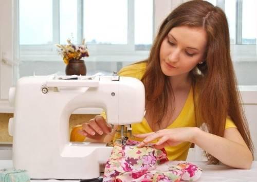 девушка за швейной машиной