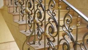 окрашенное кованная лестница