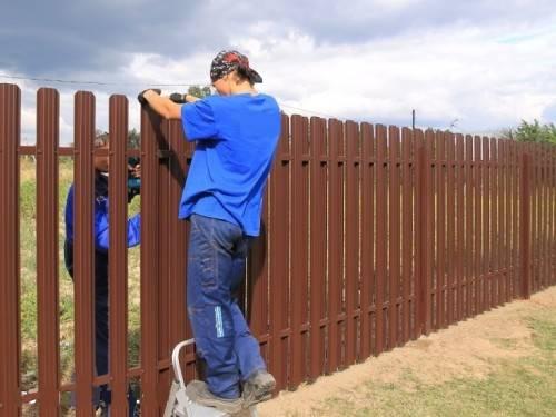 Как установить металлический забор на даче