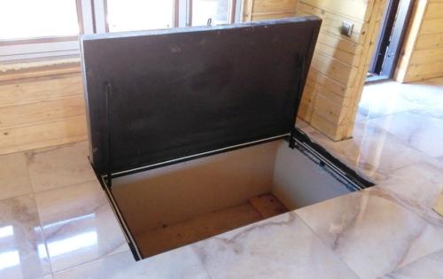 Чем заливается крышка напольного люка под плитку